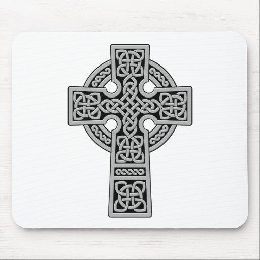 Cruz céltica gris clara y negra alfombrillas de raton