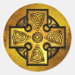 Cruz céltica (metal del oro) etiquetas redondas