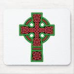 Cruz céltica roja y verde tapetes de raton