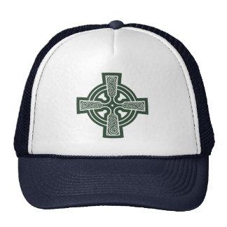 Cruz céltica verde con el grabado de Triskele Gorras De Camionero