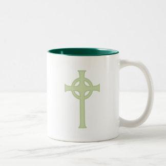 Cruz céltica verde taza dos tonos