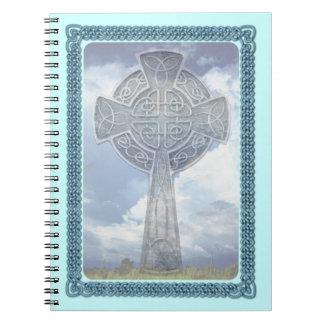 Cruz céltica y nubes azules libretas espirales