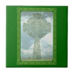 Cruz céltica y nubes verdes azulejo cuadrado pequeño