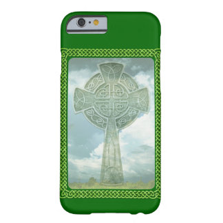 Cruz céltica y nubes verdes funda para iPhone 6 barely there