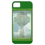Cruz céltica y nubes verdes iPhone 5 cárcasas