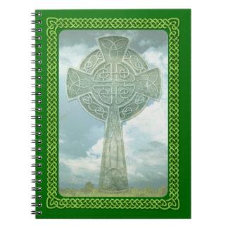 Cruz céltica y nubes verdes libro de apuntes