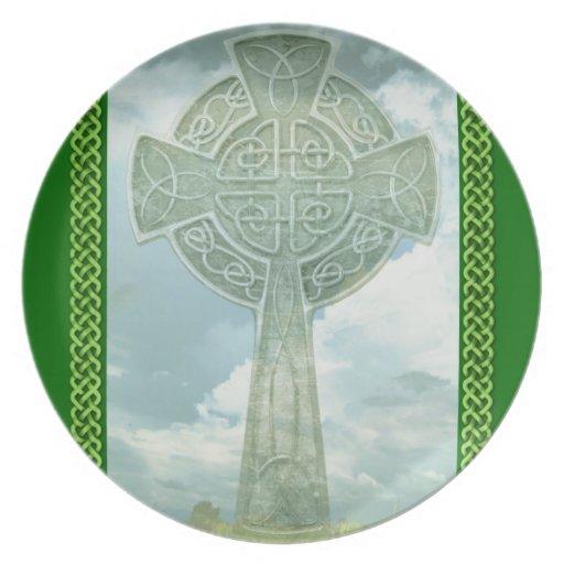 Cruz céltica y nubes verdes plato para fiesta