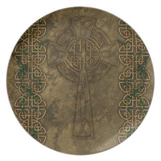 Cruz céltica y nudos célticos plato