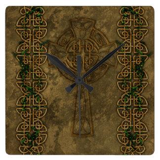 Cruz céltica y nudos cruzados reloj cuadrado