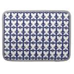 Cruz con la flor de lis - azul fundas para macbooks