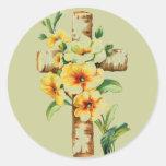 Cruz con las flores amarillas etiquetas redondas