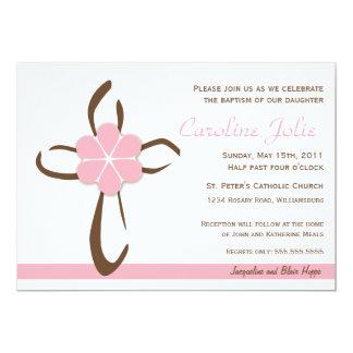 Cruz contemporánea simple con la flor rosada comunicado