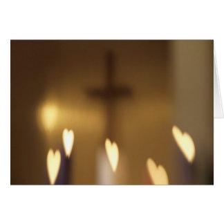 Cruz cristiana con las llamas del corazón tarjeta de felicitación