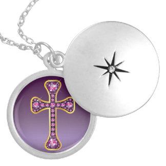 """Cruz cristiana con las piedras del """"granate"""" pendientes"""