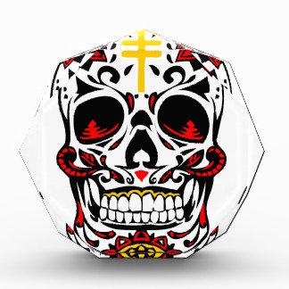 Cruz cristiana del cráneo mexicano del azúcar en