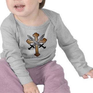 Cruz de cobre con las espadas cruzadas camiseta