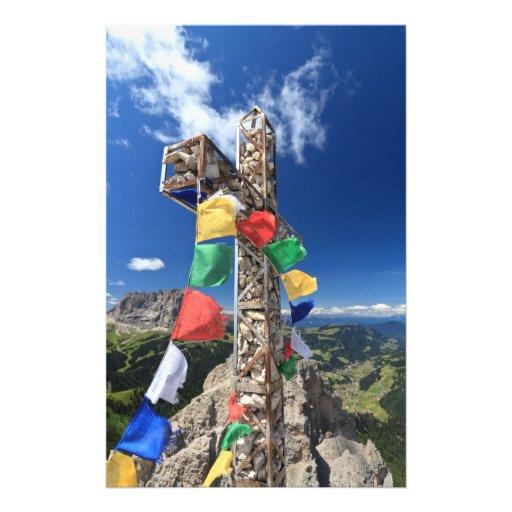 cruz de la montaña con las banderas  papeleria de diseño