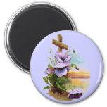 Cruz de madera con las flores púrpuras imán para frigorífico