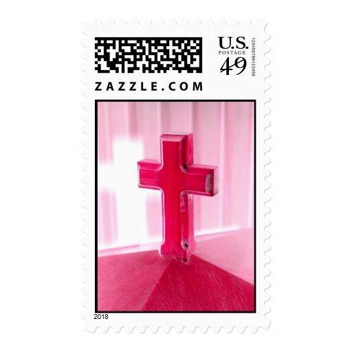 Cruz de madera, iglesia roja de la fotografía de l sellos