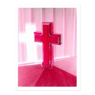 Cruz de madera, iglesia roja de la fotografía de tarjetas postales