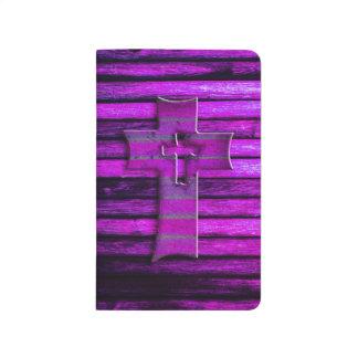 Cruz de madera púrpura cuadernos grapados