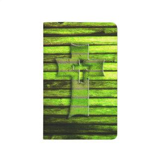 Cruz de madera verde de neón cuaderno grapado