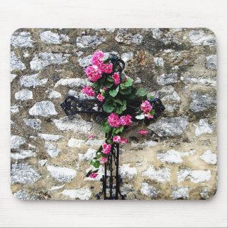 cruz del cementerio con las flores alfombrilla de raton