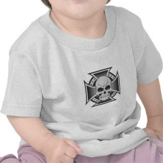 Cruz del cráneo y del hierro Dibujo del vector Camiseta