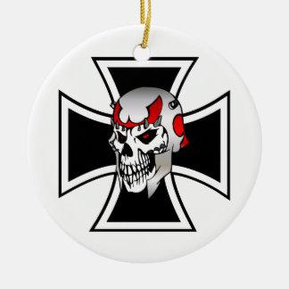 Cruz del hierro con el ornamento del cráneo adorno redondo de cerámica