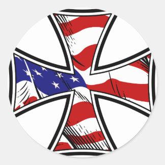 Cruz del hierro con la bandera americana pegatina redonda