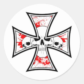Cruz del hierro con los cráneos pegatina redonda