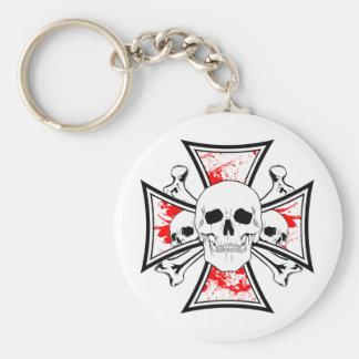 Cruz del hierro con los cráneos y los huesos de la llaveros
