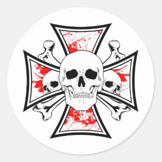 Cruz del hierro con los cráneos y los huesos de la pegatina redonda