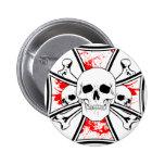 Cruz del hierro con los cráneos y los huesos de la pin