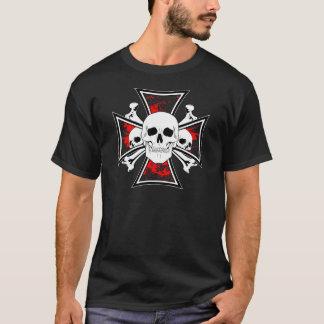 Cruz del hierro con los cráneos y los huesos de la playera