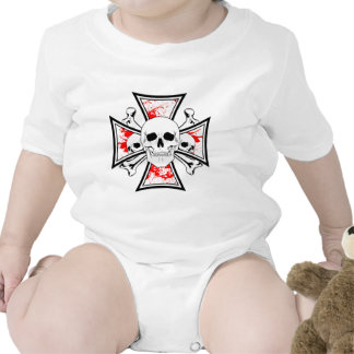 Cruz del hierro con los cráneos y los huesos de la traje de bebé