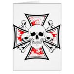 Cruz del hierro con los cráneos y los huesos de la tarjeton
