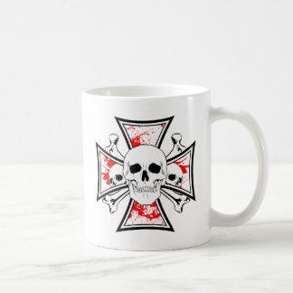 Cruz del hierro con los cráneos y los huesos de la taza