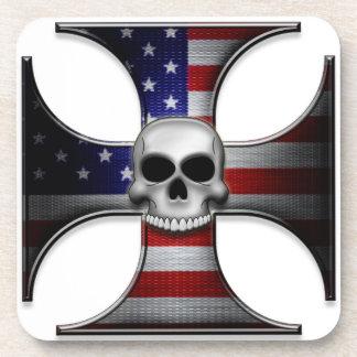 Cruz del hierro de la bandera americana con el crá posavaso