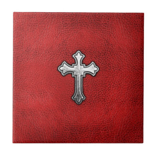 Cruz del metal en el cuero rojo azulejo cerámica