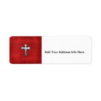 Cruz del metal en el cuero rojo etiqueta de remite