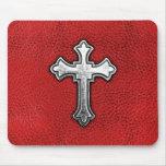 Cruz del metal en el cuero rojo tapetes de ratón