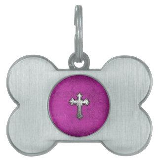 Cruz del metal en el cuero rosado placas mascota