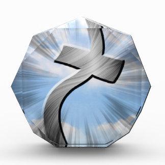 cruz del metal en el viento