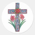 Cruz del navidad con los Amaryllises y el Poinsett Pegatinas Redondas