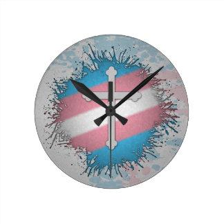 Cruz del orgullo del transexual reloj redondo mediano