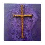 Cruz del oro en púrpura azulejo ceramica