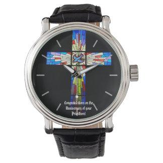 Cruz del regalo del aniversario de la ordenación relojes de pulsera