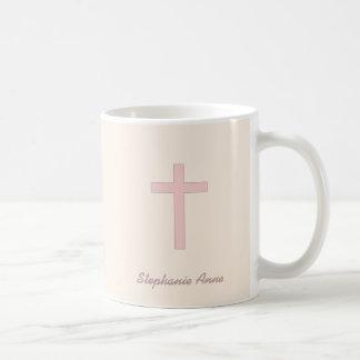 Cruz del rosa en colores pastel de la comunión taza