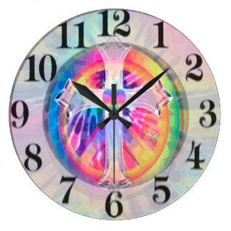 Cruz del teñido anudado con el corazón en el reloj redondo grande